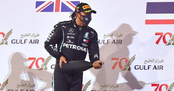 George Russell zastąpi zakażonego koronawirusem mistrza świata Formuły 1 Brytyjczyka Lewisa Hamiltona w niedzielnym wyścigu o Grand Prix Sakhir w Bahrajnie - poinformował team Mercedes. Russell jest na co dzień kierowcą w Williamsie, partnerze Mercedesa.