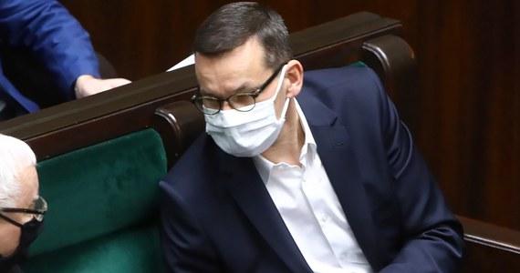 """Bardzo się cieszę, że łóżka w szpitalach rezerwowych nie są zajęte - powiedział premier Mateusz Morawiecki. Jak zaznaczył, szpitale rezerwowe to """"twarda rezerwa"""" na okoliczność, gdyby na przykład uderzyła trzecia fala epidemii koronawirusa. Dodał, że rząd popełnia błędy, ale stara się na nich uczyć."""