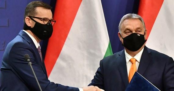 Weto Polski i Węgier to gigantyczna strata finansowa dla Polski. Źródła RMF FM w Brukseli przedstawiły wyliczenia, z których wynika, że Polska straci 64 mld euro w ciągu 3 lat z powodu nieuczestniczenia w Funduszu Odbudowy. A z powodu prowizorium budżetowego, które będzie obowiązywać zamiast normalnego budżetu w 2021 roku – w przyszłym roku zmniejszone zostaną płatności nawet do pułapu 9 mld z funduszu spójności. Studenci od przyszłego roku akademickiego nie pojadą na zagraniczne uczelnie, bo program Erasmus+ nie będzie mógł funkcjonować.