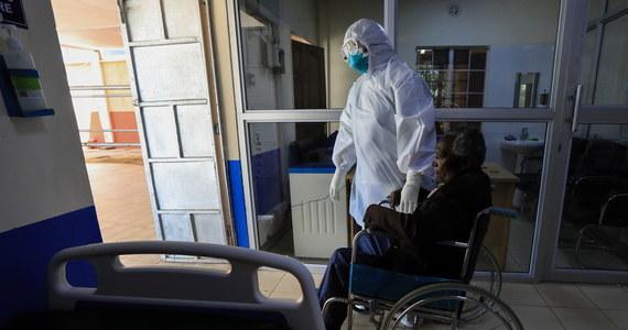 Osoby, które zostały zakażone wirusem SARS-CoV-2 po raz drugi mogą infekować innych. Mogą też przechodzić Covid-19 w sposób cięższy, niż przy pierwszej infekcji - wynika z analiz hiszpańskich naukowców.