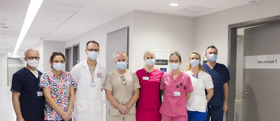 To pierwszy taki przeszczep w Polsce. Zespół kardiochirurgów i anestezjologów z Uniwersyteckiego Centrum Klinicznego w Gdańsku przeszczepił płuca 50-latce po zakażeniu Covid-19. Zakażenie to wywołało u niej nieodwracalne uszkodzenie płuc. Była to pierwsza w Polsce transplantacja płuc u pacjenta, u którego podłączone było ECMO w konfiguracji żylno-tętniczej, a więc pozaustrojowo wspomagane było nie tylko oddychanie, ale także krążenie.
