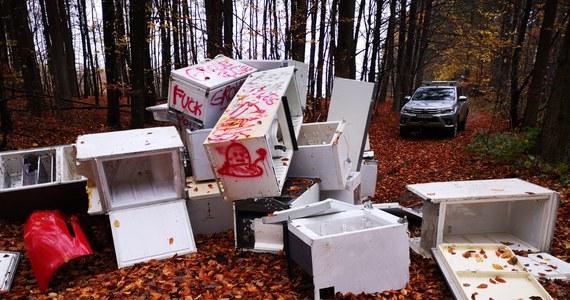 """""""W takich sytuacjach człowiek traci wiarę, że kiedyś się to zmieni"""". Nadleśnictwo Gdańsk opublikowało na Facebooku, gdzie na zdjęciach widać stertę lodówek, które ktoś porzucił w lesie."""