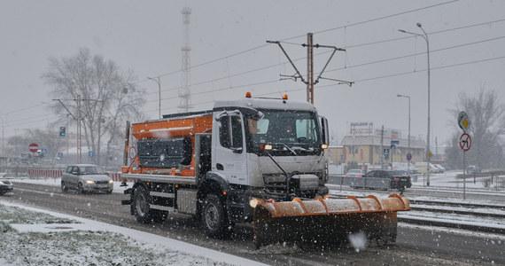 Zima zaatakowała we Wrocławiu. Jak informują słuchacze RMF FM, warunki na drogach są fatalne. Wielu kierowców niestety nie zmieniło opon letnich na zimowe. Trudne warunki również na wielkopolskich drogach. IMGW ostrzega przed gołoledzią.