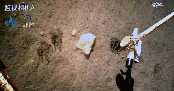Moduł chińskiej sondy Chang'e 5, która wylądowała we wtorek na Księżycu i pobrała z niego próbki skał, wystartował z powierzchni ziemskiego satelity, by na jego orbicie połączyć się z pojazdem, jaki zabierze próbki z powrotem na Ziemię - poinformowały chińskie media.
