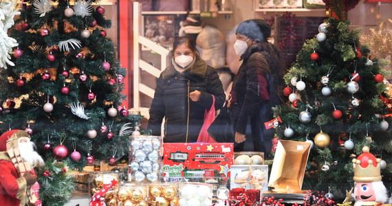 We Włoszech podczas świąt Bożego Narodzenia dalej będzie obowiązywać godzina policyjna od 22 do 5. W noc sylwestrową zostanie przedłużona do 7. Tak ogłosił premier Giuseppe Conte. Turyści przybywający do Włoch będą musieli poddać się 14-dniowej kwarantannie.