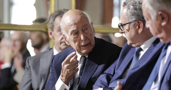 Prezydent Francji Emmanuel Macron zarządził na dzień 9 grudnia żałobę narodową po śmierci Valery'ego Giscarda d'Estainga. Szef państwa wygłosił orędzie do narodu w związku z odejściem byłego prezydenta.