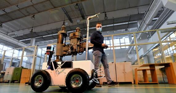Semi-autonomiczny robot dezynfekujący do walki z Covid-19 powstał na Zachodniopomorskim Uniwersytecie Technologicznym w Szczecinie. Sterowane radiowo urządzenie może m.in. rozpylać środek dezynfekujący w pomieszczeniach.