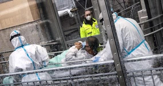 Ponad 1,5 miliona ludzi straciło życie z powodu Covid-19; średnio co dziewięć sekund umiera z powodu koronawirusa jeden człowiek - podała w czwartek agencja Reutera. Szczepienia przeciwko koronawirusowi mają się rozpocząć w grudniu w kilku rozwiniętych krajach.