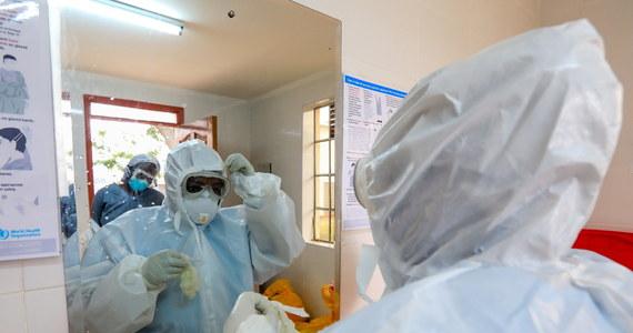 Koronawirus przyczynił się do śmierci m.in. 43 lekarzy, 32 pielęgniarek, 6 dentystów, 3 farmaceutów, 2 ratowników medycznych i 2 położnych – wynika z danych Ministerstwa Zdrowia. Od początku pandemii zakaziło się prawie 41 tys. pielęgniarek i prawie 16 tys. lekarzy.