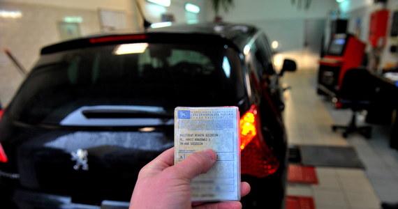 Koniec z wymianą dowodu rejestracyjnego, kiedy skończy się miejsce na pieczątki z badania technicznego. Dziś weszło w życie nowe prawo o ruchu drogowym, które umożliwia to, a także m.in. zachowanie dotychczasowego polskiego numeru rejestracyjnego pojazdu przy przerejestrowaniu.