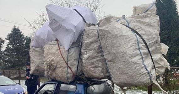 Bagaż prawie dwa razy większy od samochodu! Policjanci z Czechowic-Dziedzic w Śląskiem zatrzymali do kontroli kierowcę fiata, który przewoził na dachu auta ogromny bagaż.