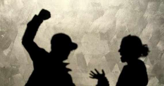 Pięć osób zostało zatrzymanych po brutalnym ataku na młodą mieszkankę Piły w woj. wielkopolskim. Napastnicy usłyszeli zarzuty porwania i pobicia, za które grozi im do 15 lat więzienia.