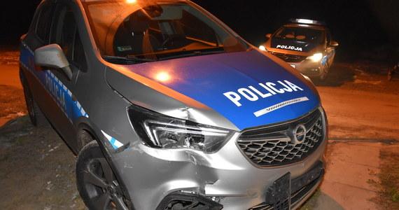 30-latek staranował 17 samochodów, rogatki kolejowe, uderzył w budynek mieszkalny i próbował rozjechać policjanta. Mężczyzna, jak przekazała policja, został zatrzymany po pościgu przez dwa województwa: śląskie i małopolskie.
