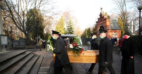 Przedstawiciele Polskiego Związku Piłki Nożnej, koledzy z boiska i kibice wzięli udział w pogrzebie Adama Musiała. Zmarły 11 listopada w wieku 71 lat medalista mistrzostw świata z 1974 roku i trener spoczął w Alei Zasłużonych na Cmentarzu Rakowickim w Krakowie.