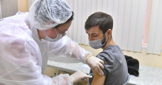 Szczepienia przeciwko Covid-19 z wykorzystaniem rosyjskiej szczepionki Sputnik V rozpoczęły się w Moskwie. Szczepienia są darmowe, ale nie ogólnodostępne - objęto nimi lekarzy, nauczycieli i pracowników miejskich służb socjalnych.