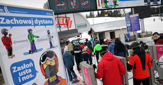 W kilku ośrodkach narciarskich na Podhalu w reżimie sanitarnym wystartował sezon narciarki. Na stokach od rana przybywało narciarzy i snowboardzistów. Zdaniem policji ośrodki są odpowiednio przygotowane, a narciarze stosują się do obostrzeń.