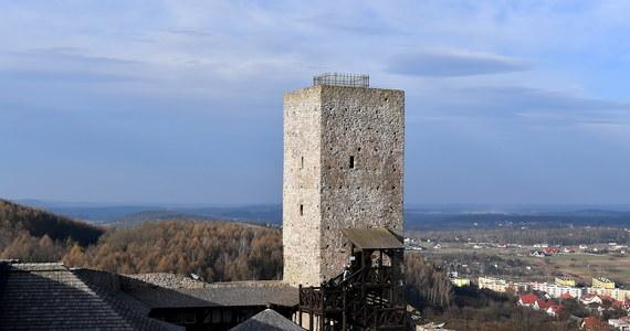 Po niemal miesięcznej przerwie znowu można zwiedzać Zamek Królewski w Chęcinach. To jedna z nielicznych atrakcji regionu, która ponownie została udostępniona turystom.