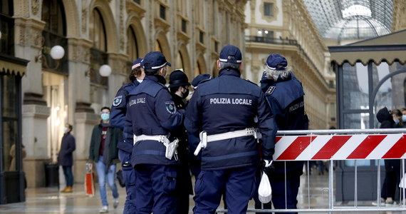 """""""To będzie Boże Narodzenie pod znakiem wyrzeczeń"""" - tak nadchodzące Święta we Włoszech opisała minister spraw wewnętrznych Luciana Lamorgese. Zapowiedziała w sobotę, że nad przestrzeganiem przepisów o walce z pandemią czuwać będzie 70 tysięcy policjantów. Wcześniej premier Giuseppe"""