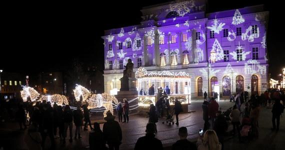 Świąteczna iluminacja z dekoracjami nawiązującymi do dawnej Warszawy została włączona w sobotę o zmierzchu w stolicy. Z powodu pandemii koronawirusa jest skromniejsza niż w ubiegłych latach.