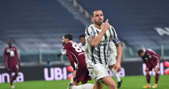 Broniący tytułu Juventus Turyn dzięki golom w ostatnim kwadransie pokonał u siebie lokalnego rywala Torino 2:1 w 10. kolejce włoskiej ekstraklasy piłkarskiej. Bramki gospodarzy strzegł Wojciech Szczęsny, a w podstawowym składzie ekipy gości zagrał Karol Linetty.