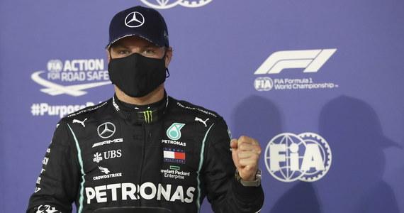 Fin Valtteri Bottas wygrał kwalifikacje do niedzielnego wyścigu Formuły 1 o Grand Prix Sakhiru, zdobywając piąte pole position w tym sezonie. Z pierwszej linii wystartuje także jego nowy kolega z ekipy Mercedesa - Brytyjczyk George Russell.