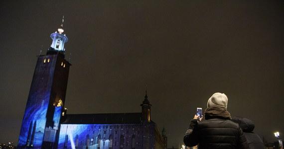 W Sztokholmie iluminacjami budynków zainaugurowano w sobotę wieczorem Tydzień Noblowski. W tym roku w związku z pandemią laureaci nie przyjadą do Szwecji, a nagrody Nobla odbiorą w swoich krajach.