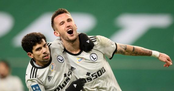 Raków Częstochowa przegrał we Wrocławiu ze Śląskiem 0:1 w 12. kolejce piłkarskiej ekstraklasy i stracił pozycję lidera. Na pierwsze miejsce awansowała broniąca tytułu Legia, która pokonała w Warszawie Lechię 2:0. W innym sobotnim meczu Jagiellonia wygrała z Wartą 4:3.