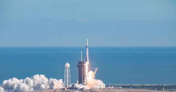 Firma SpaceX wystrzeliła w kosmos kolejną kapsułę Dragon, tym razem w misji zaopatrzeniowej i bez astronautów na pokładzie. Po raz pierwszy dwie kapsuły SpaceX znajdują się na ziemskiej orbicie.