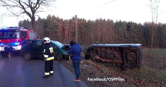 """Sześć osób trafiło do szpitali w Giżycku i Bartoszycach po wypadku, do którego doszło pod Świętą Lipką. Kierowca vana wyprzedzał tam """"na trzeciego"""" i czołowo zderzył się z jadącym z przeciwnej strony renault."""