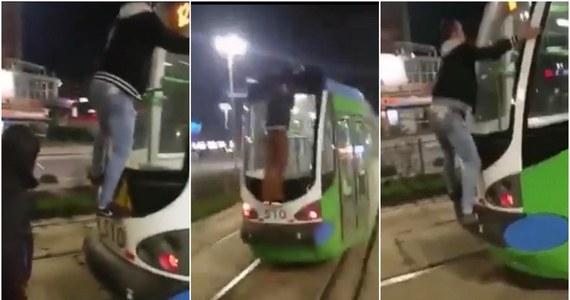 """To mogło się skończyć tragicznie. Spółka Tramwaje Szczecińskie zawiadamia policję o """"wyczynie"""" młodych mężczyzn, którzy wspięli się na tramwaj. Jeden podróżował na dachu pojazdu, drugi uczepiony tylnej szyby."""