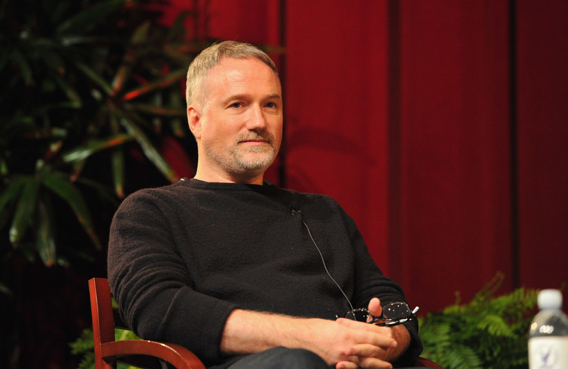 """Jego najnowszy film zatytułowany """"Mank"""", już przed premierą, która miała miejsce kilka dni temu na Netfliksie, wymieniany był jako jeden z przyszłorocznych oscarowych pewniaków. To w dużej mierze zasługa renomy reżysera, dla którego to już jedenasta produkcja w dorobku - znaczna część z nich na stałe zapisała się w historii kinematografii. David Fincher, reżyser-samouk, to prawdziwy fenomen, który już od pierwszego obrazu wypracował własny, niepowtarzalny styl."""