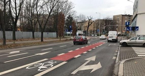 Wrocławscy rowerzyści podzieleni. Powodem jest ścieżka rowerowa na placu Orląt Lwowskich. Zrobiono ją praktycznie na środku drogi, pomiędzy pasami ruchu dla samochodów. Jedni mówią, że jest niebezpieczna. Inni podkreślają, że takie rozwiązanie ułatwia jazdę na wprost na skrzyżowaniu.