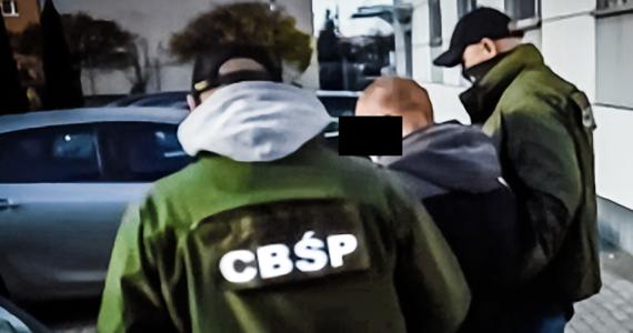 21 osób jest podejrzanych o produkcję lub wprowadzanie do obrotu znacznych ilości amfetaminy - to efekt śledztwa prowadzonego przez CBŚP oraz śledczych z Mazowsza. W ciągu kilku lat grupa mogła wprowadzić na rynek woj. mazowieckiego, lubuskiego i zachodniopomorskiego ponad 638 kg amfetaminy i 54 l płynnej amfetaminy, wartej w hurcie ponad 4,7 mln zł.