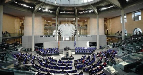 Niemiecki parlament zawiesił wpisany do konstytucji limit zadłużenia, by zezwolić rządowi na zaciągnięcie w 2021 roku do 180 mld euro długu. Ma to uchronić gospodarkę kraju przed skutkami pandemii.