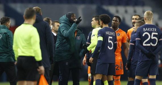 Mecz piłkarskiej Ligi Mistrzów w Paryżu, z udziałem drużyn PSG oraz Istanbul Basaksehir, został przerwany w 16. minucie z powodu incydentu rasistowskiego. Zawodnicy wrócili do szatni. Według wersji klubu ze Stambułu obrażony został asystent trenera Pierre Webo. Po długich konsultacjach zdecydowano, że spotkanie zostanie wznowione w środę o godzinie 18:55 – informuje z kolei Onet.