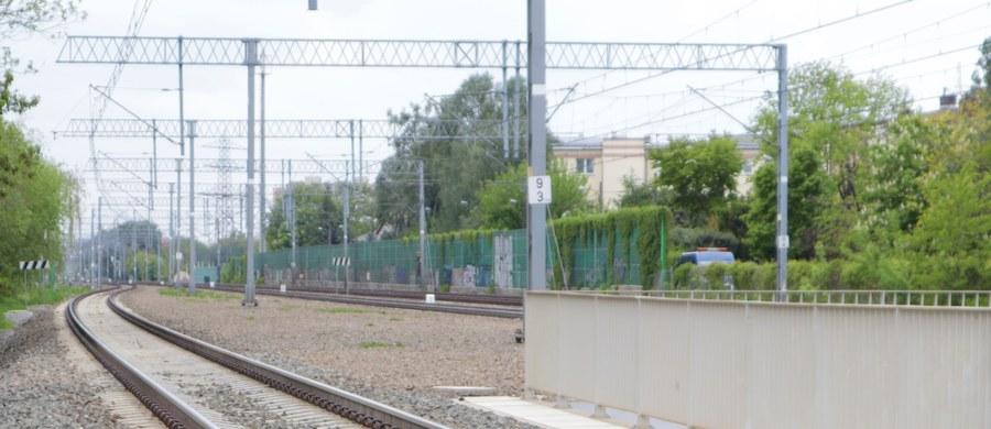 Nawet dwie doby może być wstrzymany ruch na szlaku kolejowym pomiędzy Suszcem a Żorami w woj. Śląskim. W nocy wykoleił się pociąg towarowy – podały służby kryzysowe wojewody i Koleje Śląskie. To z kolei spowodowało uszkodzenie torów oraz sieci trakcyjnej. Uruchomiono autobusową komunikację zastępczą na tym odcinku.