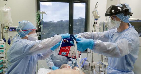 Ministerstwo Zdrowia poinformowało o 12 168 nowych przypadkach koronawirusa w Polsce. W ciągu ostatniej doby zmarło blisko 600 osób: 133 z powodu Covid-19, 435 miały choroby współistniejące. Łącznie od początku epidemii wykryto 1 088 364 przypadków Covid-19. Zmarło 21 160 chorych.