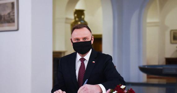 """""""Jest zarysowane wstępne porozumienie ws. budżetu UE i mechanizmu warunkowości; praca i dyskusje nad nim trwają; prezydent Czech pozytywnie odniósł się do polskich i węgierskich propozycji"""" - powiedział w Pradze prezydent Andrzej Duda."""