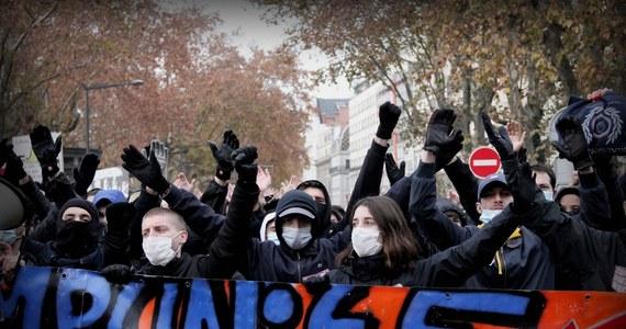 Wysoka komisarz ONZ ds. praw człowieka Michelle Bachelet zaapelowała w środę do francuskich władz, by wycofały kontrowersyjne przepisy projektu ustawy o bezpieczeństwie, które zakazują rozpowszechniania wizerunków policjantów.