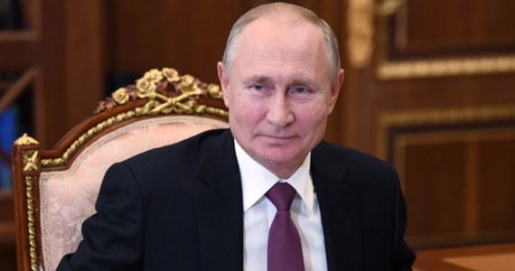 Duma Państwowa Rosji przyjęła w trzecim czytaniu poprawki do ustawy o gwarancjach nietykalności byłych prezydentów. Przewidują one pełny immunitet, także za ewentualne przestępstwa popełnione już po odejściu z urzędu.