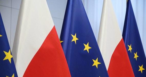 Z tego co widzę, opozycja zdążyła już tweetami swych co bardziej bystrych przedstawicieli skrytykować doniesienia o tym, że Polska nie będzie wetować unijnego budżetu. W skrócie chodzi jej o to, że koalicyjne Porozumienie wymierzyło przy okazji tego sporu koalicyjnej Solidarnej Polsce policzek, co pogrąża Zjednoczoną Prawicę, szkodzi Rzeczypospolitej i rujnuje nasz wizerunek w Europie, a może i na świecie. Oczywiście, gdybyśmy wetowali ten budżet to zdaniem opozycji już kompletnie i całkowicie rujnowalibyśmy wizerunek i tak dalej. Bo Polska samym swoim istnieniem poza wpływem jedynie słusznej liberalnej władzy obraża i rujnuje. A dodatkowo jeszcze śmieszy, tumani i przestrasza...