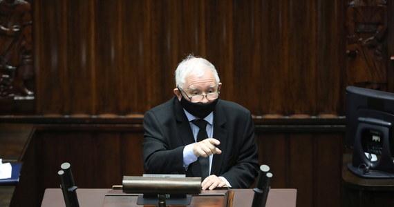 Wniosek Koalicji Obywatelskiej o wotum nieufności był bardzo słaby, a przemówienie przewodniczącego Borysa Budki było stekiem kłamstw i niebywałej agresji, w nieudolny sposób próbował rozbić jedność Zjednoczonej Prawicy - powiedział PAP wicepremier, szef PiS Jarosław Kaczyński. Dymisji wicepremiera do spraw bezpieczeństwa domagała się opozycja. Sejm odrzucił jednak w środowym głosowaniu wniosek o wyrażenie wotum nieufności wobec Jarosława Kaczyńskiego.