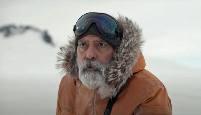 """George Clooney wyreżyserował niedawno film """"Niebo o północy"""", w którym zagrał również głównego bohatera. Przygotowania do roli były na tyle intensywne, że kosztowały aktora utratę zdrowia. Gwiazdor  w krótkim czasie schudł ponad 11 kilogramów i nabawił się przez to zapalenia trzustki. """"Zbyt mocno się starałem, żeby tracić na wadze i prawdopodobnie nie dbałem o siebie wystarczająco"""" - wyznał."""