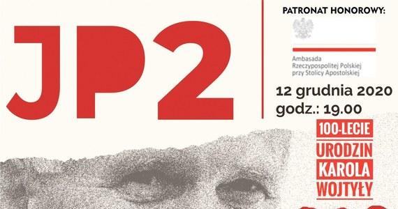 """Spektakl """"JP2 - Oczekiwane Pokolenie"""" wystawią 12 grudnia w Wadowicach aktorzy Krakowskiego Teatru Komedia. Będzie można go zobaczyć bezpłatnie za pośrednictwem streamingu internetowego."""