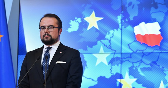 """""""Konkluzje, jeżeli uda się je wynegocjować spowodują, że zostaną nałożone pewne ramy, poza które Komisja Europejska nie będzie mogła wyjść ani dzisiaj, ani w przyszłości, bo to chroni też nas przed potencjalnymi próbami zmian w kolejnych miesiącach"""" – mówi w rozmowie z w RMF FM Paweł Jabłoński, wiceminister spraw zagranicznych. Według niego jeżeli kompromis proponowany przez Polskę i Węgry zostanie dziś w Brukseli przyjęty, w przyszłości nie będzie można zmienić mechanizmu praworządnościowego na niekorzyść Polski."""