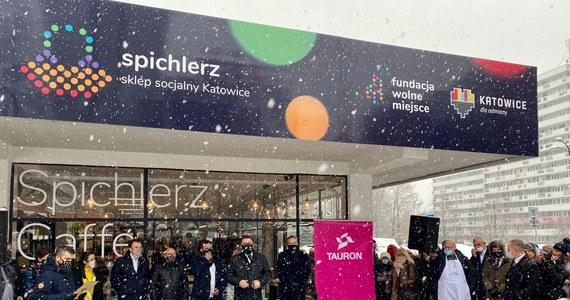 Sklep socjalny został otwarty w Katowicach. To pierwsza taka inicjatywa w Polsce. Mogą w nim robić zakupy osoby w trudnej sytuacji finansowej, które otrzymają skierowanie z miejskiego ośrodka pomocy społecznej. Ceny są bardzo niskie, a wybór duży.