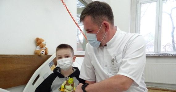 Ma tylko 6 lat i ogrom cierpienia za sobą, a lekarze wciąż walczą o przywrócenie mu sprawności. Mały Sebastian w lutym w wypadku samochodowym pod Opolem stracił najbliższą rodzinę, sam został bardzo ciężko ranny. Plany leczenia utrudniła pandemia, ale 10 miesięcy po wypadku chłopiec przeszedł pomyślnie operację plastyki stawu ramiennego, co ułatwi dopasowanie protezy. Zabieg wykonali lekarze ze Szpitala Miejskiego nr 4 w Gliwicach.