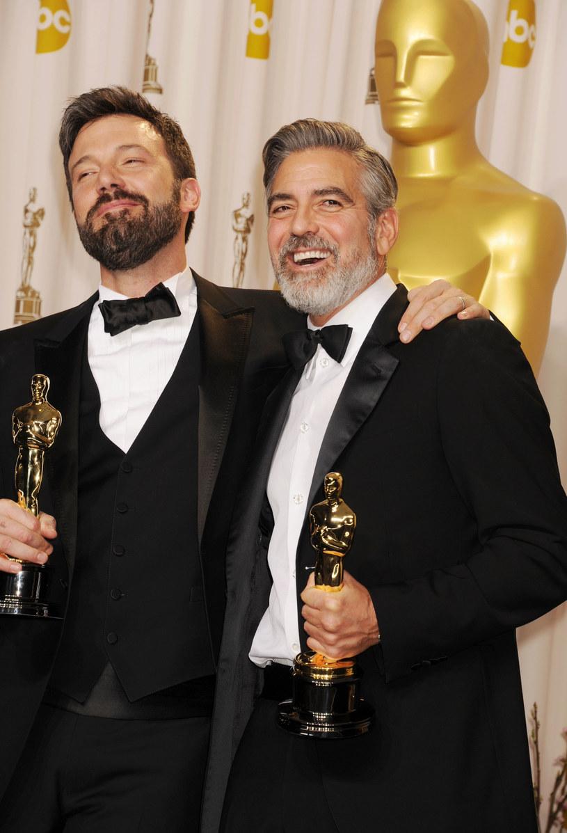 """Osiem lat po tym, jak zrobili razem oscarowy film """"Operacja Argo"""", ich zawodowe drogi znów mogą się połączyć. George Clooney wyreżyseruje obraz """"The Tender Bar"""", w którym jedną z głównych ról może zagrać Ben Affleck. Jego udział nie jest jeszcze potwierdzony, ale aktor prowadzi w tej sprawie negocjacje z Amazonem."""
