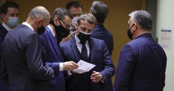 """Polska i Węgry zrezygnowały z zawetowania nowego unijnego budżetu: przywódcy państw UE zawarli na szczycie w Brukseli kompromisowe porozumienie ws. mechanizmu """"pieniądze za praworządność"""". Zgodnie z wypracowanym kompromisem, uzależnienie wypłat unijnych funduszy od przestrzegania zasad państwa prawa zostaje utrzymane, szefowie państw i rządów Unii przyjęli jednak - niewiążącą prawnie - deklarację szczytu UE, która m.in. odkłada stosowanie mechanizmu """"pieniądze za praworządność"""" o co najmniej dwa lata. Rezygnując z weta, Polska i Węgry odblokowały unijny budżet na lata 2021-27 i Fundusz Odbudowy, który wesprze gospodarki dotknięte pandemią koronawirusa."""