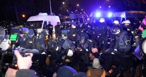 """""""Rzadko wskutek użycia siły przez policję dochodzi do uszczerbku na zdrowiu; zawsze sprawdzamy takie sytuacje"""" - zapewnił rzecznik KSP nadkom. Sylwester Marczak pytany o doniesienia, że policjant złamał rękę protestującej. Jak dodał, policjanci proponowali jej odwiezienie do szpitala, ale im odmówiła."""